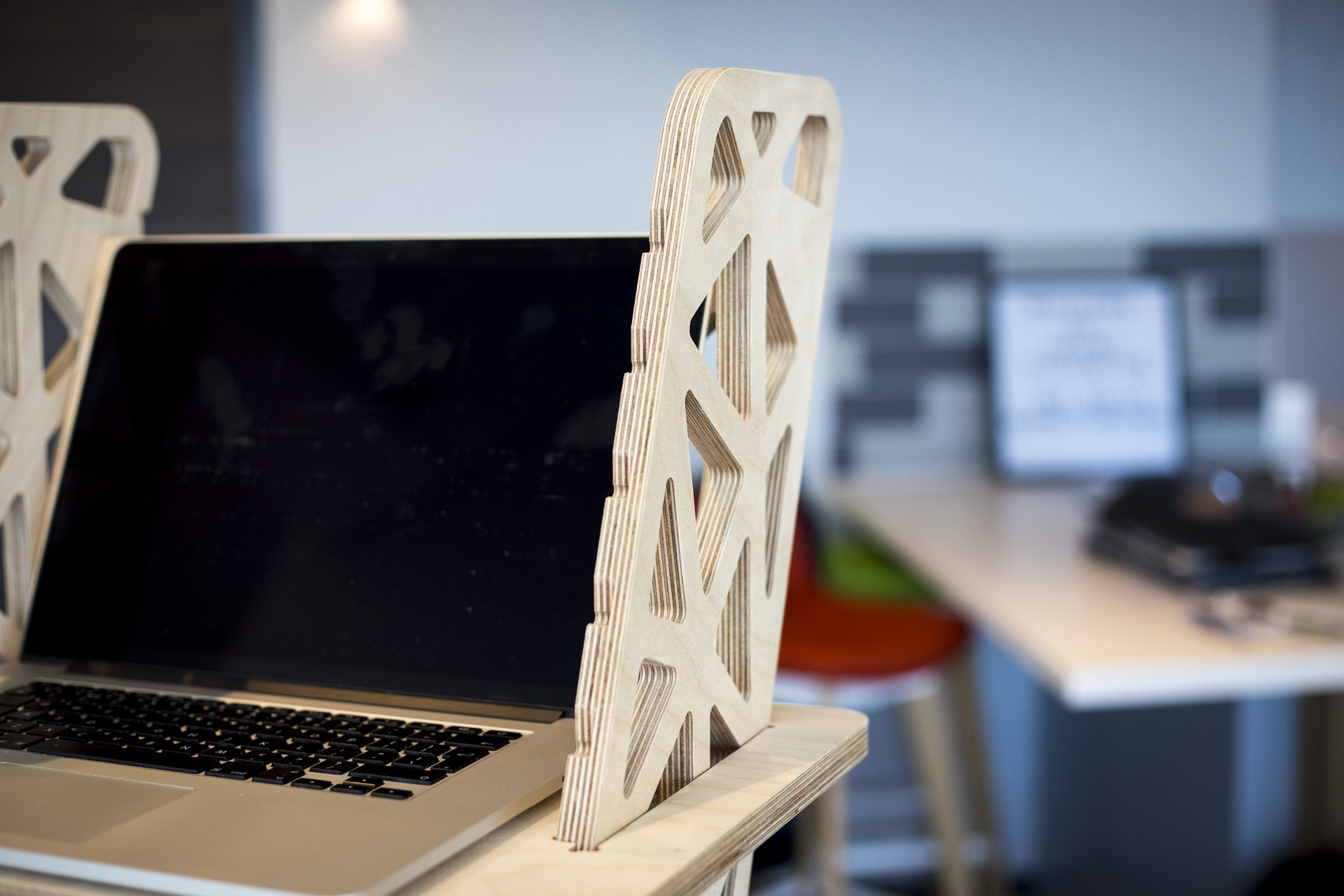 Details of the laptop stand and standing desk Voro